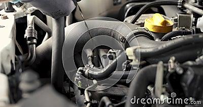 La mano del mecánico que saca el palillo llano de la inmersión del aceite de motor de coche metrajes