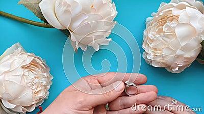 La mano masculina pone un anillo en el dedo de una mano femenina como propuesta o regalo de aniversario almacen de video