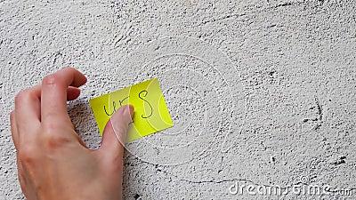 La mano pone dos pegatinas en segundo plano con el texto 'Sí' y 'No'. El concepto de elección metrajes