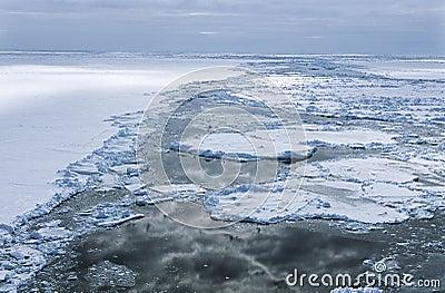 La masa de hielo flotante de hielo marino de la Antártida Weddell se nubla el reflejo en agua