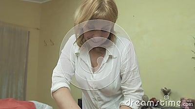 La masajista hace masaje profesional de nuevo a mujer joven en salón pressing almacen de video