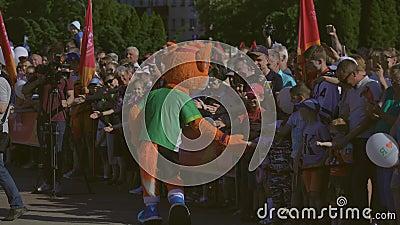 La mascotte officielle les 2èmes jeux européens 2019 accueille l'assistance dans BOBRUISK, BELARUS 06 03 19 banque de vidéos