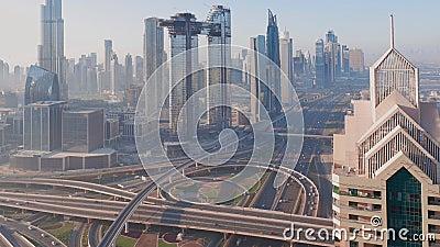 La mattina nel centro di Dubai grattacieli più alti e traffico stradale più trafficato sull'autostrada video d archivio
