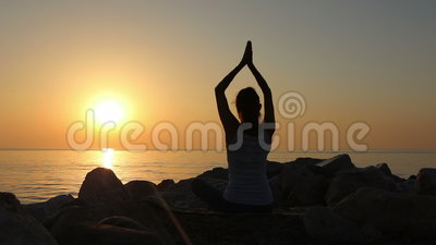La meditación de la mañana, mujer practica la yoga en la costa, tiro en la marca IV del FOE 5D de Canon en la cámara lenta almacen de metraje de vídeo