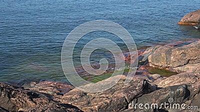 La mer baltique a battu sur les roches de la péninsule de Hanko, jour de juillet finland clips vidéos