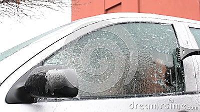 La mise au rebut de la glace a glacé des fenêtres de voiture après tempête de neige clips vidéos