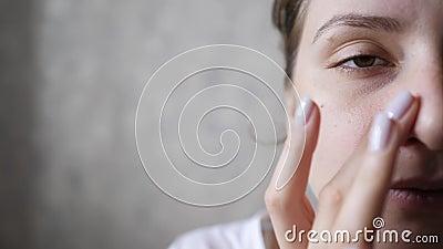 La mitad de la cara de una linda mujer en primer plano masaje wellness para la piel perfecta después de procedimientos cosméticos metrajes