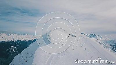 La montée d'une balle au-dessus de la belle haute montagne avec piste de snowboard et de ski clips vidéos