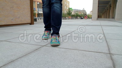 La muchacha alta, patilarga pasa a través de la ciudad 2 almacen de metraje de vídeo
