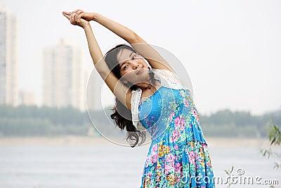 La muchacha asiática hace yoga