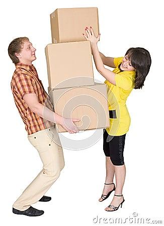 La muchacha carga al hombre con las cajas de cartón