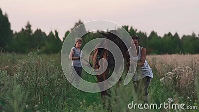 La muchacha está intentando parar un caballo travieso metrajes