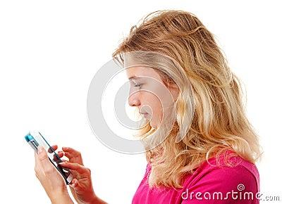La muchacha está marcando en el teléfono del mobilesmart