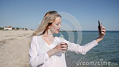 La muchacha fotografió contra el mar, días de fiesta en las islas tropicales, almacen de video