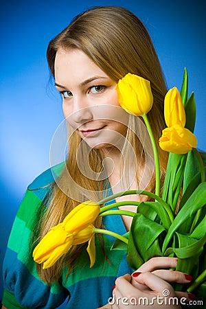 La muchacha hermosa con los tulipanes