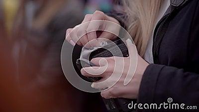 La muchacha limpia la lente con un paño metrajes