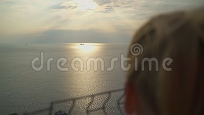 La muchacha mira la nave almacen de metraje de vídeo