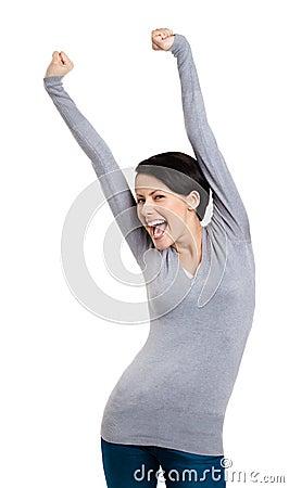 La muchacha que gesticula los puños triunfales pone sus manos