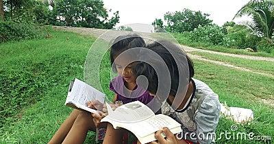 La muchacha tailandesa asiática pobre que lee y que estudia solamente y su amigo se unen a adentro para el estudio metrajes