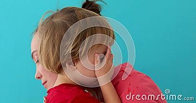 La mujer calma al hijo gritador metrajes