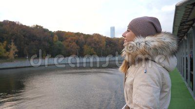 La mujer camina para flotar el tablero del barco y disfruta de vista del parque multicolor en otoño metrajes