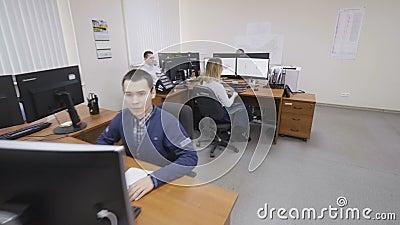 La mujer comprueba datos sobre monitor en oficina de ingeniería metrajes