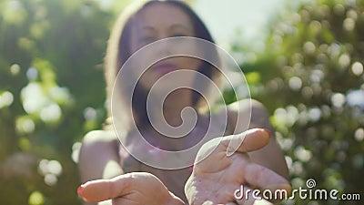La mujer cura con las manos, curador profesional, influencia enérgica plana astral metrajes