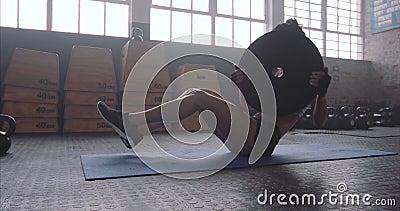 La mujer de la aptitud que se resuelve en base muscles en el gimnasio del crossfit almacen de metraje de vídeo