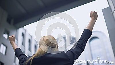 La mujer de negocios disfruta en el éxito, feliz sobre el adelanto de la carrera, triunfo metrajes