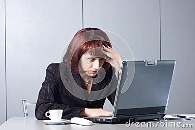 La mujer de negocios hermosa concentrada