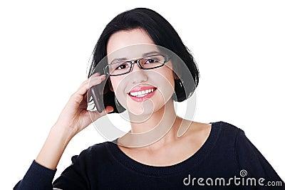 La mujer feliz joven está llamando