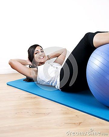 La mujer joven se incorpora con la bola