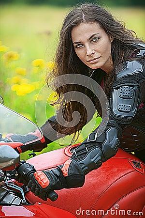 La mujer monta la bici agradable