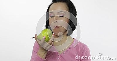 La mujer que come la pera fresca y dice yum La muchacha toma la primera mordedura y dice quiere morder almacen de metraje de vídeo