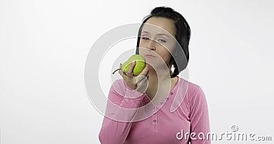 La mujer que come la pera fresca y dice yum La muchacha toma la primera mordedura y dice quiere morder metrajes