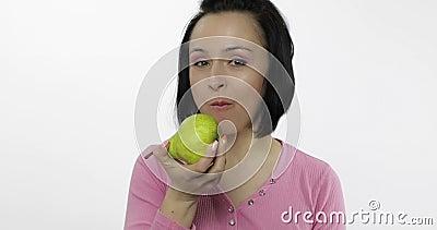 La mujer que come la pera fresca y dice yum La muchacha toma la primera mordedura y dice quiere morder almacen de video