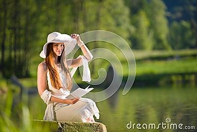 1....2...3... ESTAMOS EN EL AIRE  La-mujer-rom%C3%A1ntica-del-pelo-rojo-largo-se-relaja-por-el-lago-14656208