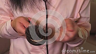 La mujer saca el pelo del peine a disposición Concepto de la pérdida de pelo almacen de video
