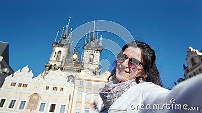 La mujer sonriente del viajero feliz en las gafas de sol que tomaban el selfie que mostraba el palacio histórico que sorprendía almacen de video