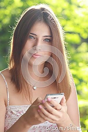 La mujer sostiene smartphone