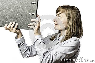 La mujer toma una carpeta de archivos