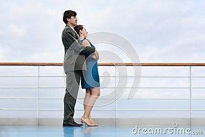 La mujer y el hombre se colocan a bordo de la nave