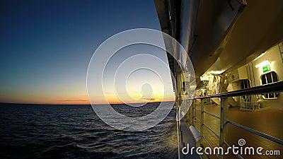 La nave da crociera assale il tramonto video d archivio