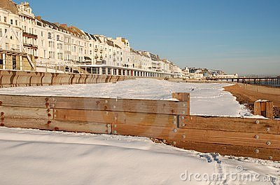 La neige a couvert la plage, St.Leonards-on-Sea Image stock éditorial