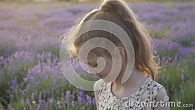 La niña linda juega feliz en Provence alegría y sonrisas que se sienten bien la naturaleza del verano del concepto de Francia de  almacen de metraje de vídeo