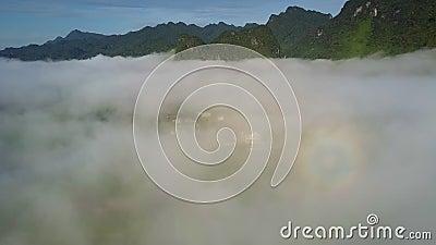 La niebla gruesa miente sobre el valle debajo de cadena de montaña monstruosa almacen de video