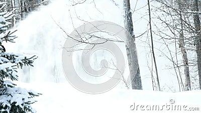 La nieve vuela de un ventilador de nieve después de ventisca metrajes