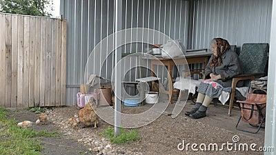 La nonna anziana si occupa del pollo e dei polli video d archivio