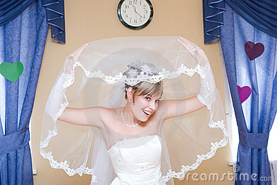 La novia mira del velo