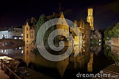 La nuit a tiré de Rozenhoedkaai à Bruges (Bruges)